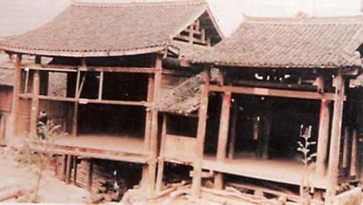 昭平黄姚戏台以八根木柱作支架,琉璃瓦单檐木结构.